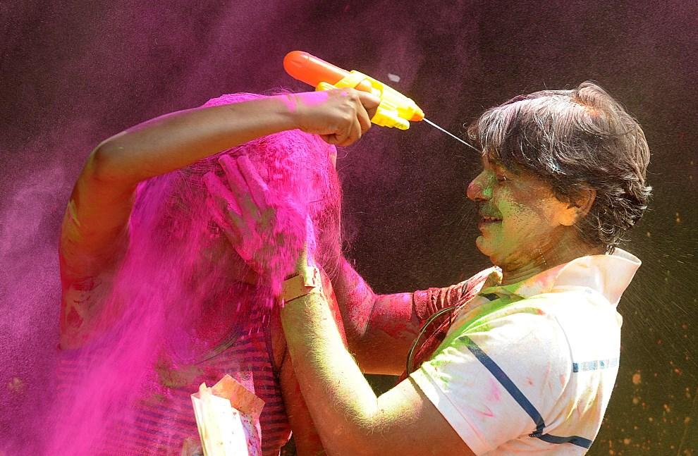5.INDIE, Hyderabad, 17 marca 2014: Ludzie bawiący się podczas Holi. AFP PHOTO/Noah SEELAM