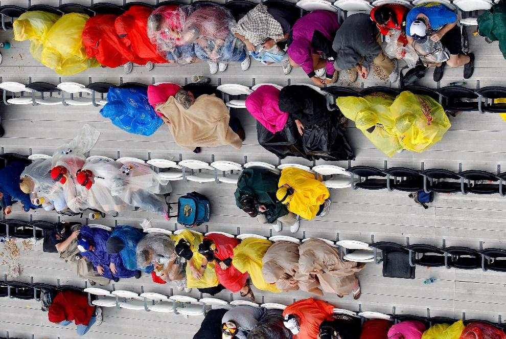 6.USA, Daytona Beach, 23 lutego 2014: Kibice na trybunach chroniąc się przed deszczem. (Foto: Brian Lawdermilk/Getty Images)