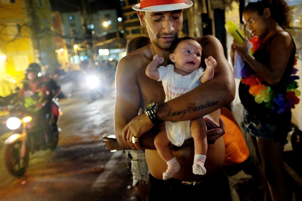 6.BRAZYLIA, Rio de Janeiro, 2 marca 2014: Ojciec z córką podczas zabawy karnawałowej w dzielnicy Rocinha. (Foto: Mario Tama/Getty Images)