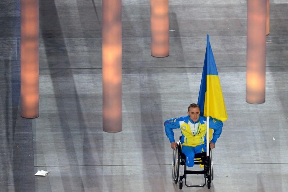 6.ROSJA, Soczi, 7 marca 2014: Mykhaylo Tkachenko wprowadza na stadion reprezentację Ukrainy. AFP PHOTO / KIRILL KUDRYAVTSEV