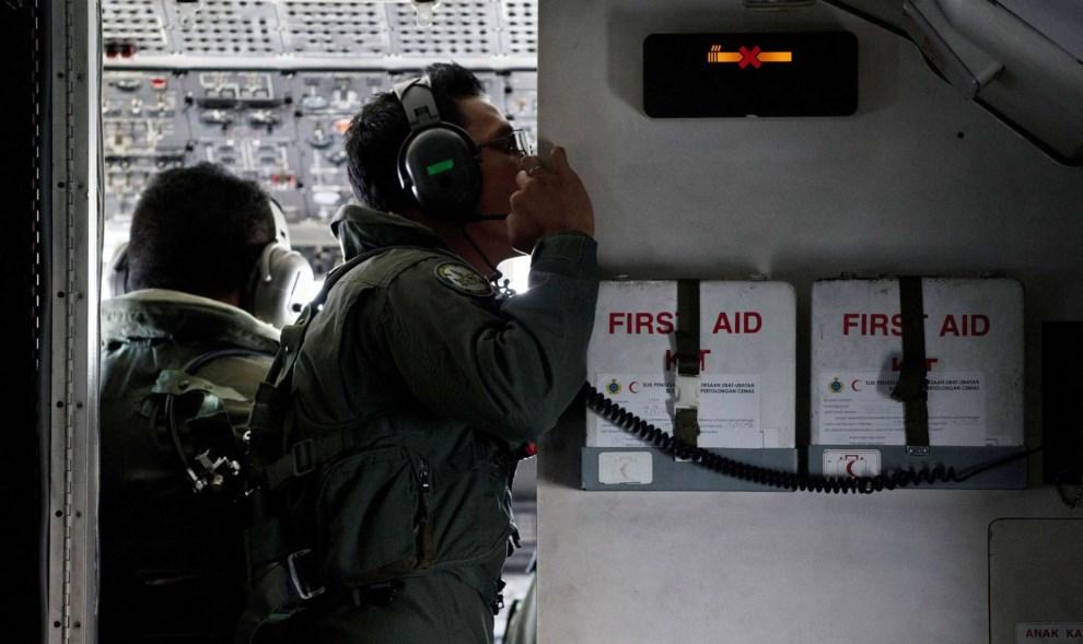 6.CIEŚNINA MALAKKA, 15 marca 2014: Załoga samolotu Malezyjskich Sił Powietrznych poszukująca zaginionego samolotu. AFP PHOTO / MOHD RASFAN