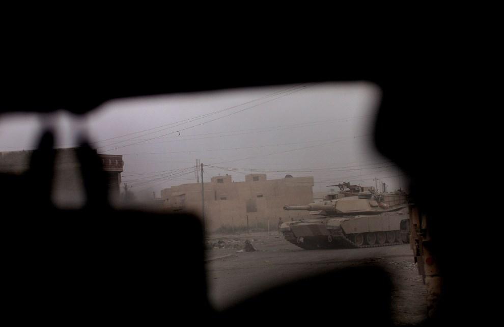 6.IRAK, Bagdad, 17 sierpnia 20107: M1 widziany z wnętrza Humvee. (Foto: Spencer Platt/Getty Images)