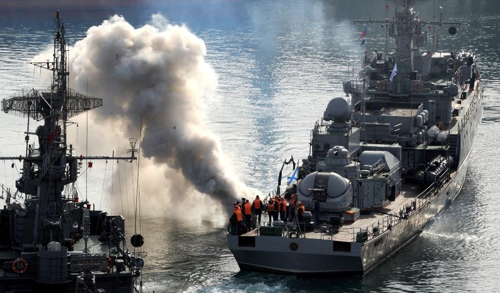 6.UKRAINA, Sewastopol, 25 marca 2014: Rosyjska korweta wpływa do portu w Sewastopolu. AFP PHOTO/ VIKTOR DRACHEV