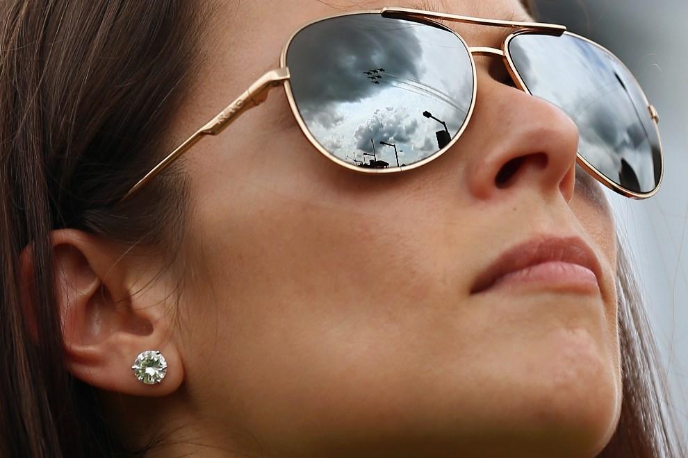 7.USA, Daytona Beach, 23 lutego 2014: Danica Patrick ogląda przelot eskadry samolotów przed rozpoczęciem wyścigu. Tom Pennington/Getty Images/AFP