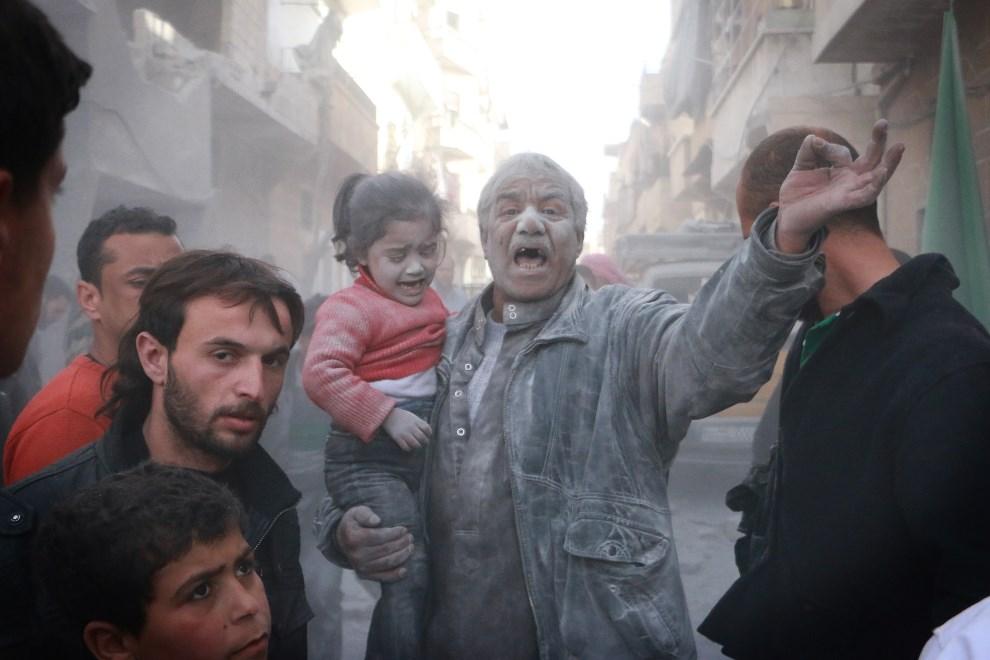 7.SYRIA, Aleppo, 6 marca 2014: Mieszkańcy Aleppo po nalocie na miasto. AFP PHOTO / FADI AL-HALABI / AMC