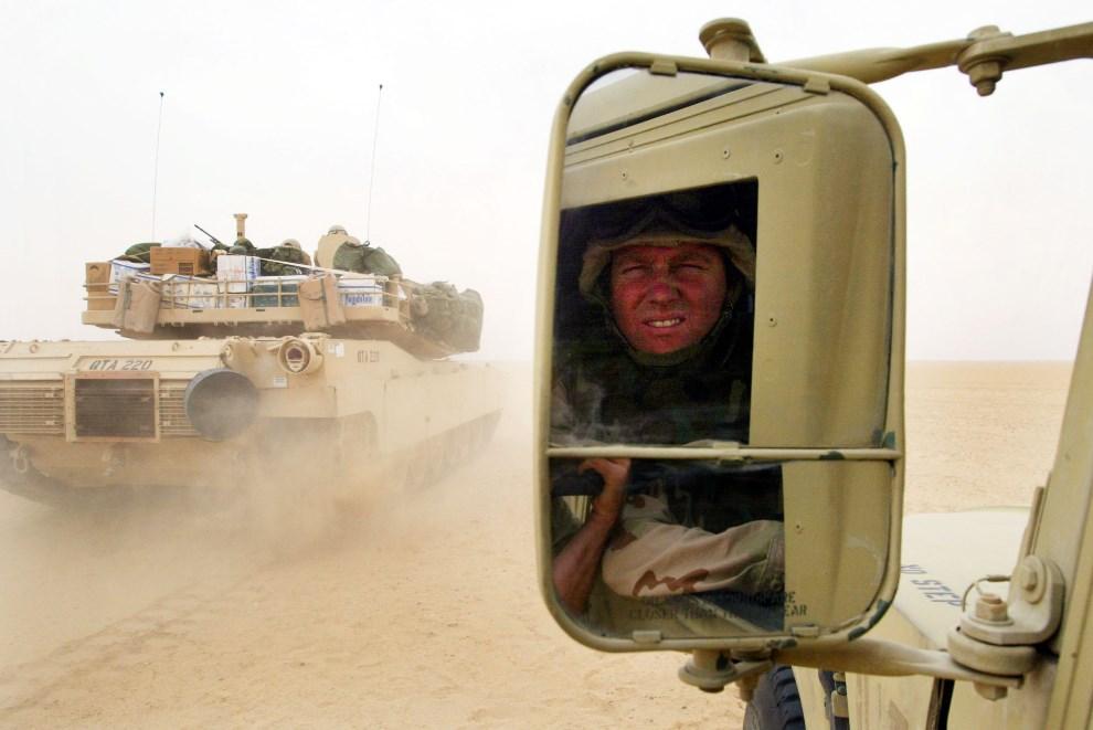 7.KUWEJT, 8 grudnia 2002: Kapral Mark Masey przygląda się wyprzedzającemu go Abramsowi M1-A1. (Foto: Joe Raedle/Getty Images)