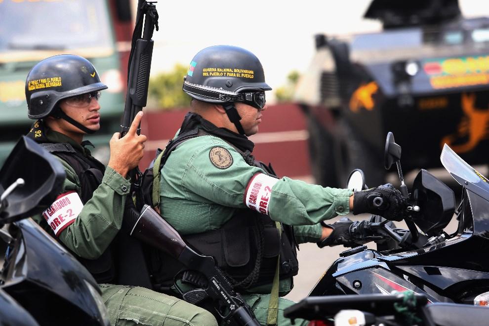 7.WENEZUELA, Valencia, 1 marca 2014: Gwardziści wracający z patrolu. (Foto: John Moore/Getty Images)