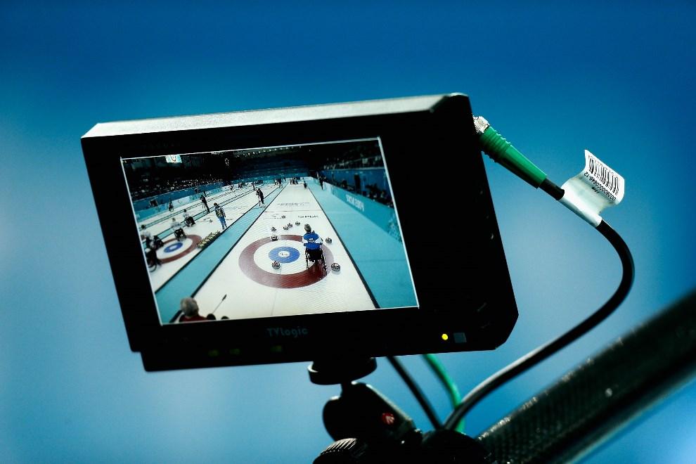 7.ROSJA, Soczi, 9 marca 2014: Wizjer kamery telewizyjnej pracującej na torze do curlingu. (Foto: Harry Engels/Getty Images)