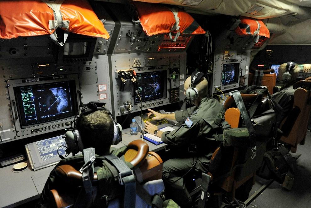 7.AUSTRALIA, Perth, 21 marca 2014: Załoga AP-3C Orion, należącego do Australijskich Sił Powietrznych, podczas akcji ratowniczej. (Foto: Justin Benson-Cooper -   Pool/Getty Images)