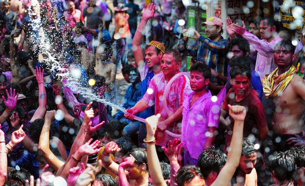 7.INDIE, Allahabad, 17 marca 2014: Tłum ludzi bawiący się podczas Holi.. AFP PHOTO/SANJAY KANOJIA