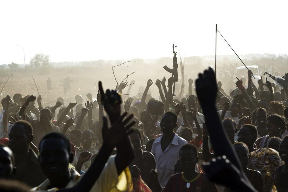 7.SUDAN POŁUDNIOWY, Malakal, 19 marca 2014: Członkowie Ludowej Armii Wyzwolenia Sudanu cieszą się z odbicia miasta z rąk rebeliantów. AFP PHOTO / IVAN LIEMAN