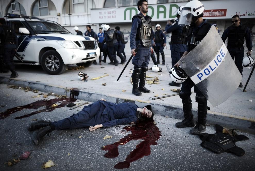 8.BAHRAIN, Daih, 3 marca 2014: Ciało policjanta zabitego przez eksplodujący ładunek wybuchowy. AFP PHOTO/MOHAMMED AL-SHAIKH