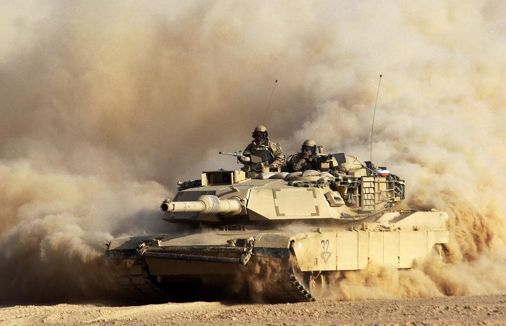 8.IRAK, 23 marca 2003: Abrams przekraczający granice z Irakiem. (Foto: Scott Nelson/Getty Images)