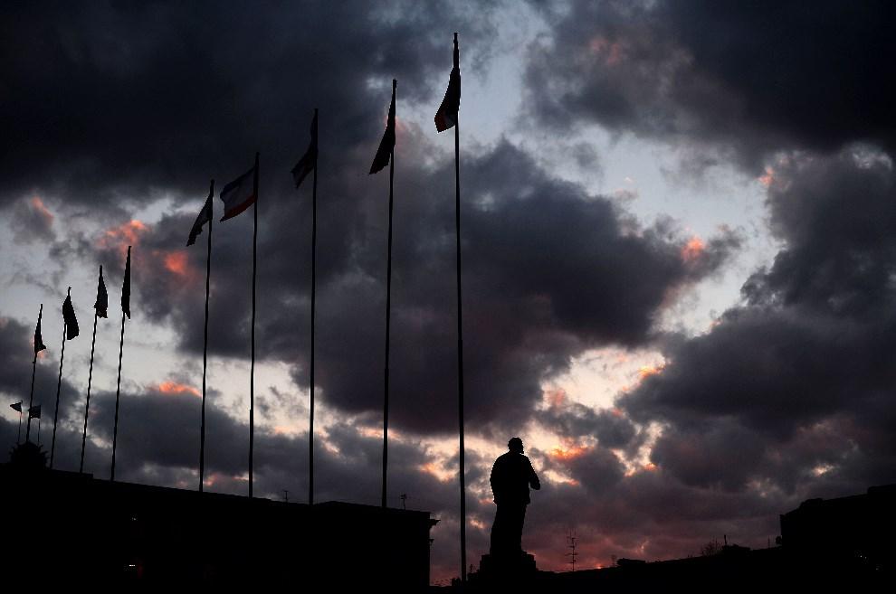 8.UKRAINA, Simferopol, 12 marca 2014: Pomnik Lenina w Simferopolu. AFP PHOTO/ Filippo MONTEFORTE