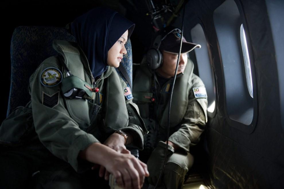 8.CIEŚNINA MALAKKA, 15 marca 2014: Załoga samolotu Malezyjskich Sił Powietrznych poszukująca zaginionego samolotu. AFP PHOTO / MOHD RASFAN