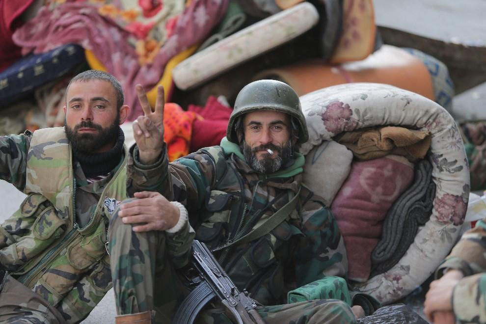 8.SYRIA, Jabrud, 16 marca 2014: Rządowi żołnierze w centrum zdobytego miasta. AFP PHOTO / JOSEPH EID
