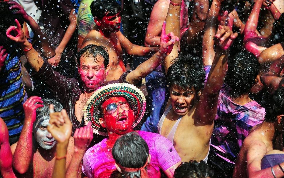 8.INDIE, Allahabad, 17 marca 2014: Uczestnicy święta tańczą na ulicy. AFP PHOTO/SANJAY KANOJIA