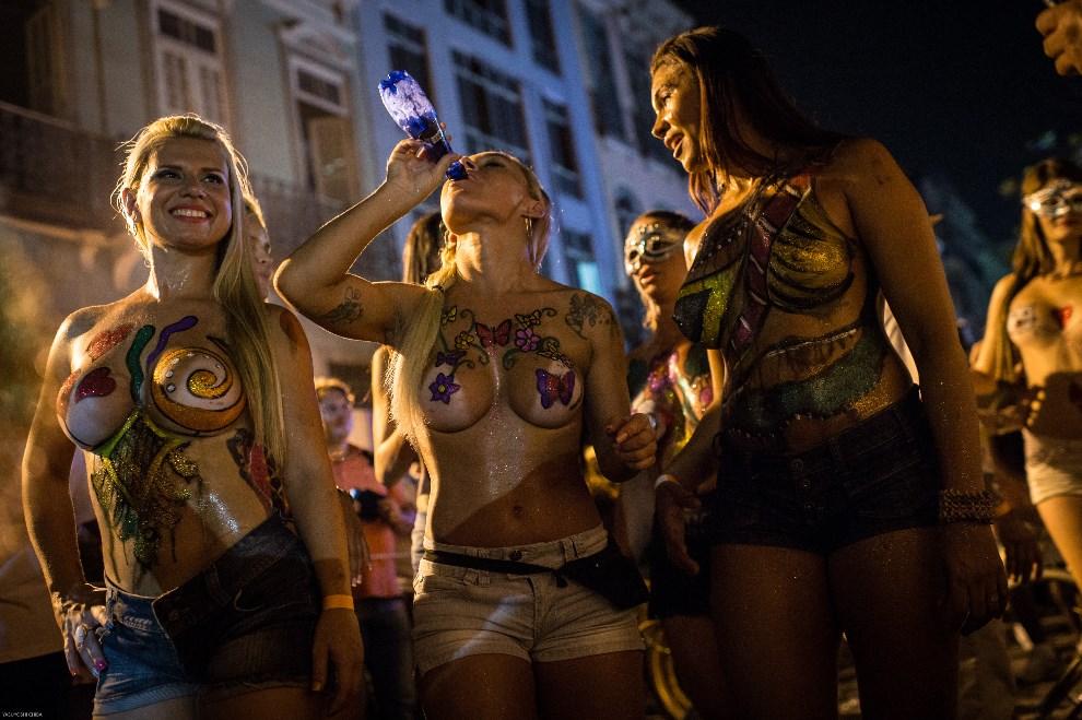"""9.BRAZYLIA, Rio de Janeiro, 27 lutego 2014: Uczestniczki karnawałowej zabawy """"Banda da Rua do Mercado"""". AFP PHOTO / YASUYOSHI CHIBA"""