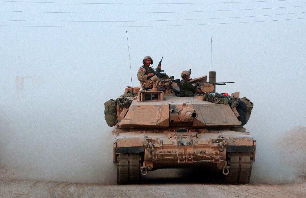 9.IRAK, Samarra, 12 sierpnia 2003: Abrams wyruszający na wieczorny patrol. (Foto: Scott Nelson/Getty Images)