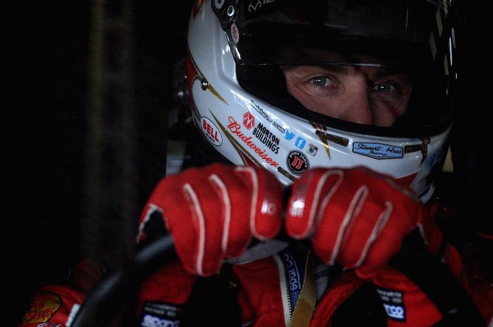 9.USA, Daytona Beach, 22 lutego 2014: Kevin Harvick wyjeżdża z garażu za kierownicą samochodu zespołu Budweiser Chevrolet. (Foto: Patrick Smith/Getty Images)
