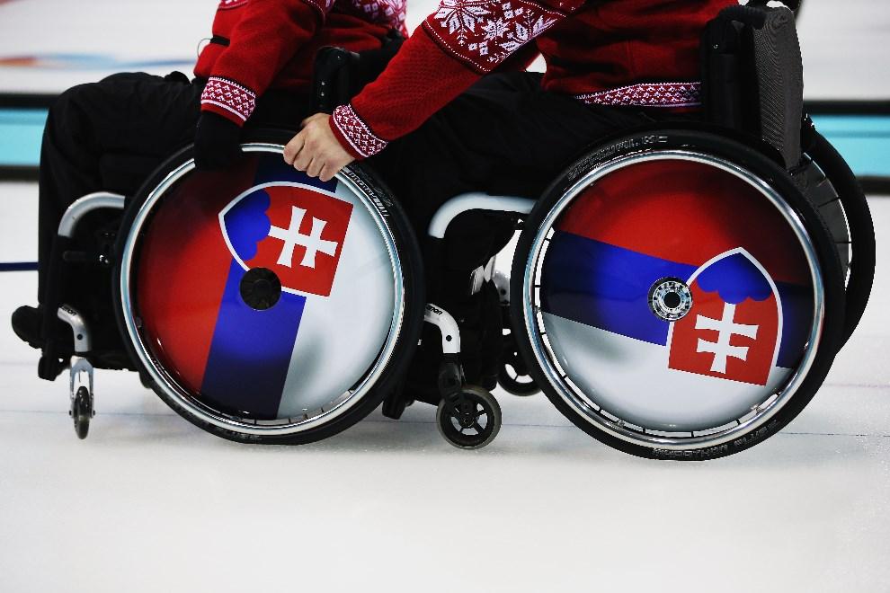 9.ROSJA, Soczi, 8 marca 2014: Słowacka para mieszana podczas meczu curlingu z zespołem z USA. (Foto: Hannah Peters/Getty Images)