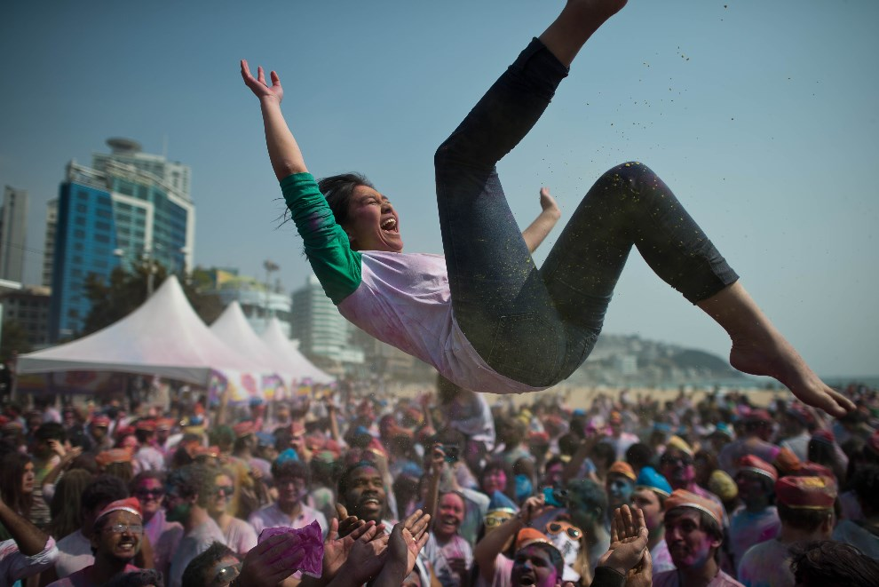 9.KOREA POŁUDNIOWA, Busan, 16 marca 2014: Hindusi mieszkający w Korei Południowej świętują Holi. AFP PHOTO / Ed Jones