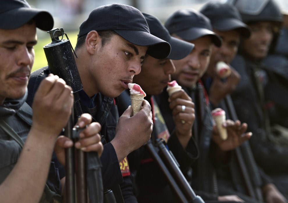 9.EGIPT, Kair, 19 marca 2014: Żołnierze podczas przerwy w starciach z członkami Bractwa Muzułmańskiego. AFP PHOTO / KHALED DESOUKI