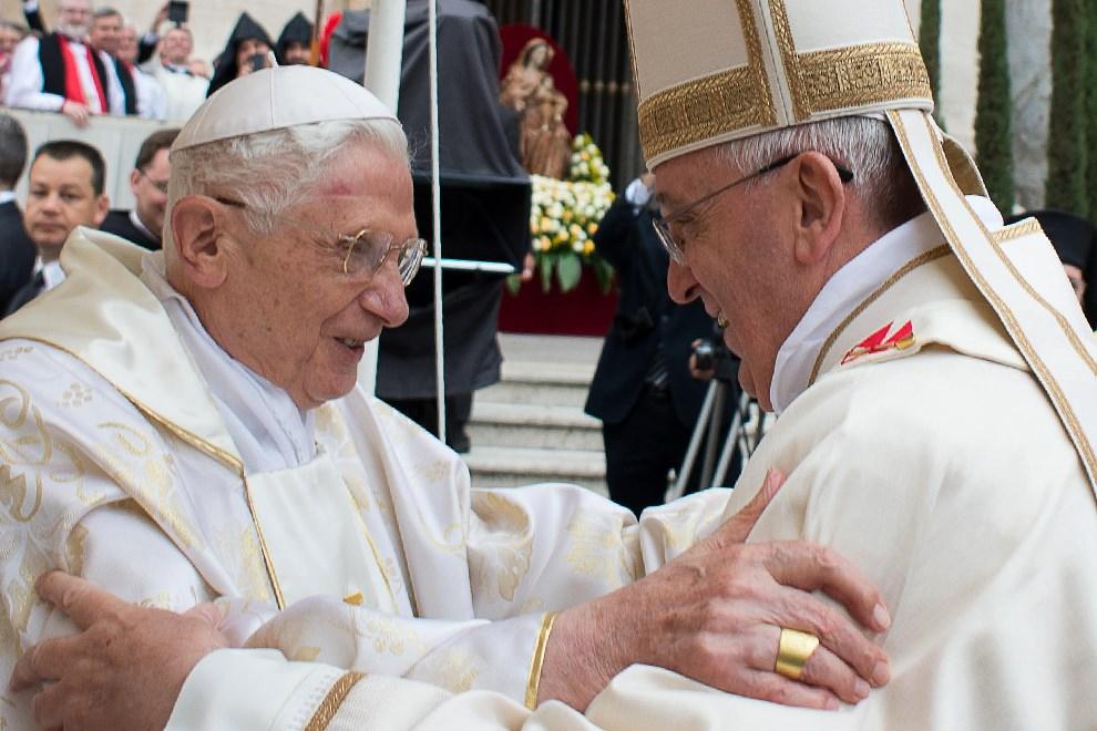 10.WATYKAN, 27 kwietnia 2014: Franciszek wita się z papieżem-emerytem Benedyktem XVI. AFP PHOTO / OSSERVATORE ROMANO/HO