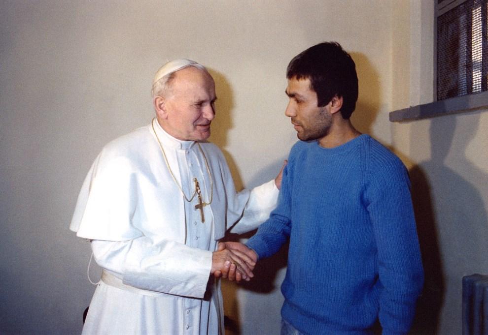 10.WŁOCHY, Rzym, 27 grudnia 1983: Paweł II w trakcie spotkania z zamachowcem - Mehmete Ali Agcą w więzieniu Rebibbia. AFP PHOTO/OSSERVATORE ROMANO/ARTURO MARI