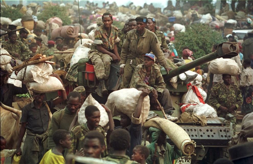 10.ZAIR, Goma, 17 lipca 1994: Oddziały wycofujące się z terenów kontrolowanych przez Hutu. AFP PHOTO: PASCAL GUYOT.