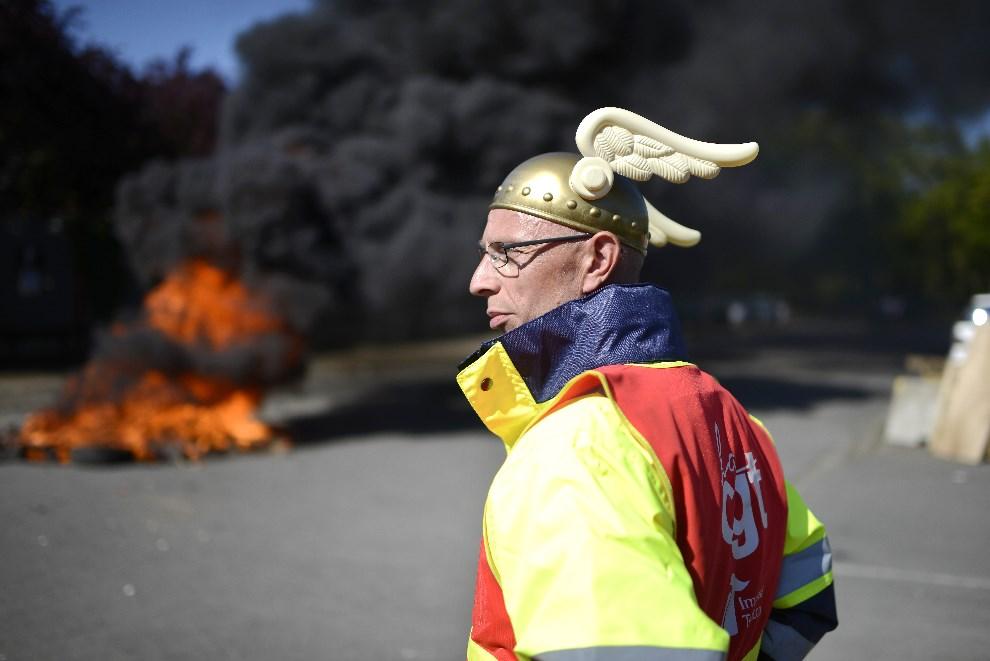 """10.FRANCJA, Carquefou, 16 kwietnia 2014: Strajkujący pracownik plantacji tytoniu """"Seita-Imperial tobacco"""". AFP PHOTO / JEAN-SEBASTIEN EVRARD"""