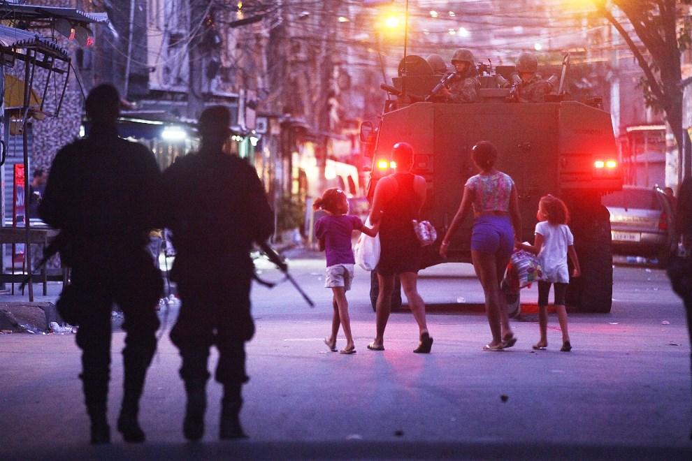 10.BRAZYLIA, Rio de Janeiro, 30 marca 2014: Żołnierze wkraczają do faweli Complexo da Mare. (Foto: Mario Tama/Getty Images)