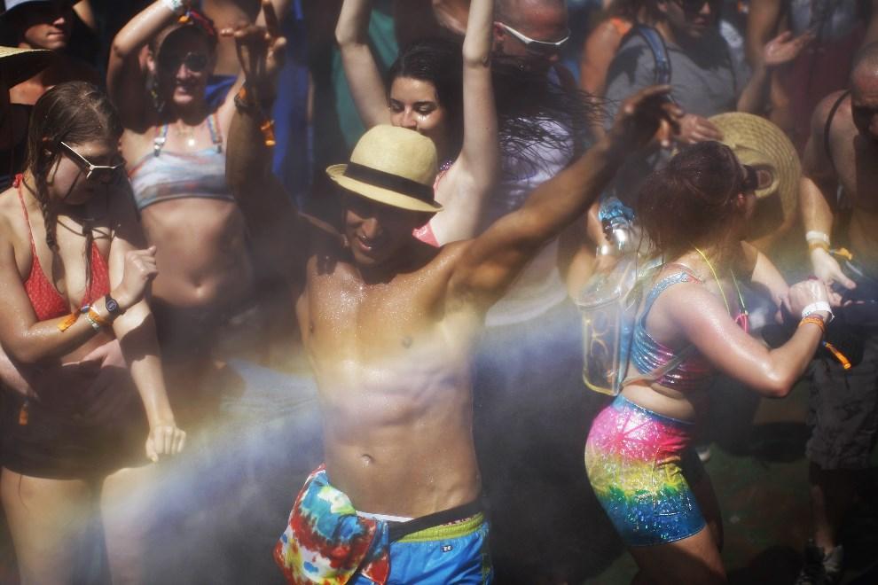 10.USA, Indio, 12 kwietnia 2014: Uczestnicy festiwalu oblewani, dla ochłody, wodą. AFP PHOTO / David McNew