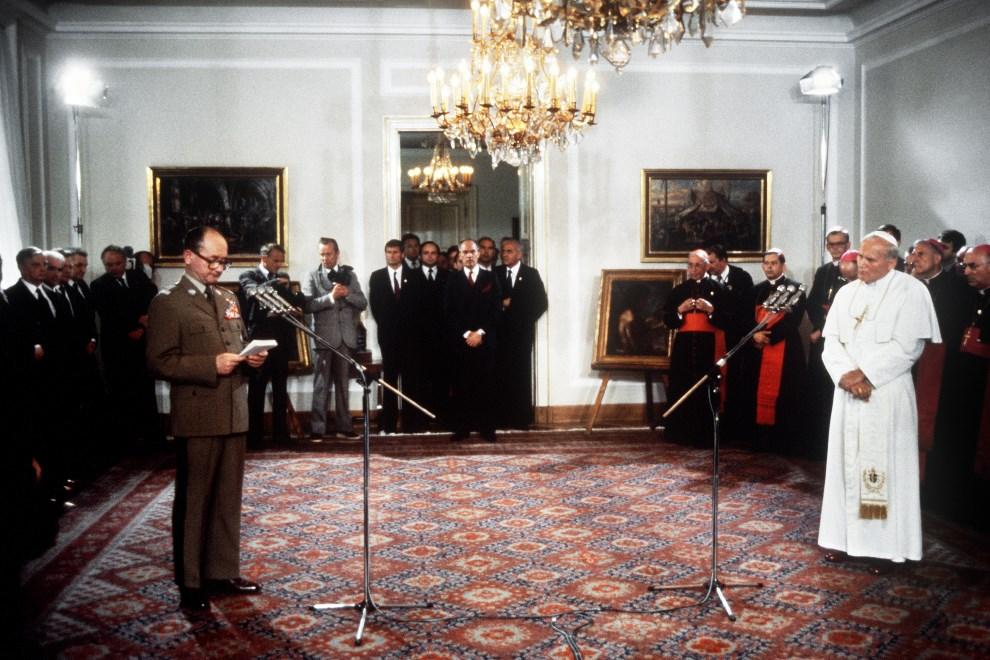 11.POLSKA, Warszawa, 21 czerwca 1983: Wojciech Jaruzelski wita Jana Pawła II w Belwederze. 21 June 1983.