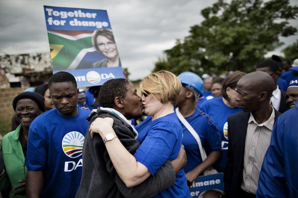 11.RPA, Hammanskraal, 14 kwietnia 2014: Helen Zille, przewodnicząca partii  Democratic Alliance (DA), całuje mieszkańca biednych przedmieść. AFP PHOTO / MARCO   LONGARI