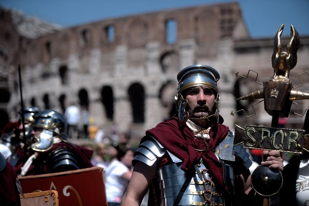 11.WŁOCHY, Rzym, 21 kwietnia 2014: Grupa uczestnicząca w obchodach legendarnego założenia Wiecznego Miasta. AFP PHOTO/ Filippo MONTEFORTE