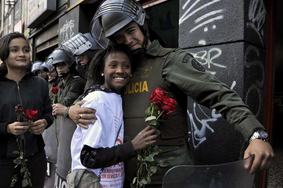 11.KOLUMBIA, Bogota, 9 kwietnia 2014: Policjant przytula kobietę podczas Narodowego Dnia Pamięci i Solidarności z Ofiarami Konfliktów Zbrojnych. AFP PHOTO /   Guillermo Legaria