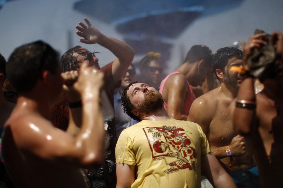 11.USA, Indio, 12 kwietnia 2014: Bawiący się uczestnicy festiwalu. AFP PHOTO / David McNew
