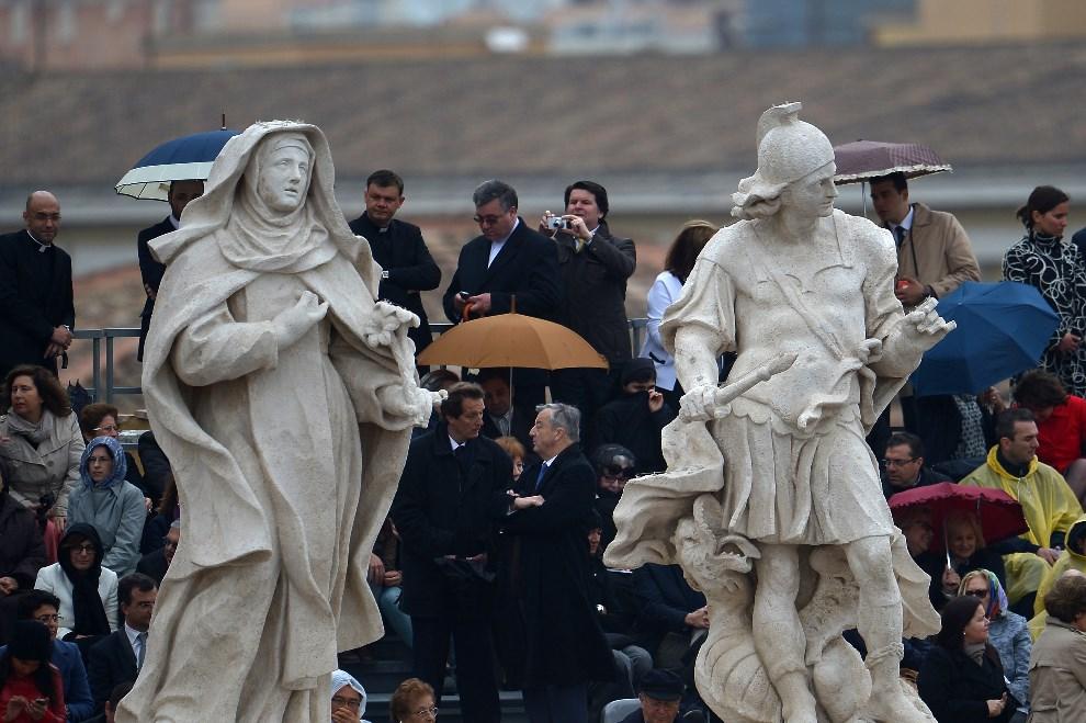12.WATYKAN, 27 kwietnia 2014: Wierni oczekujący na rozpoczęcie mszy kanonizacyjnej. AFP PHOTO / VINCENZO PINTO