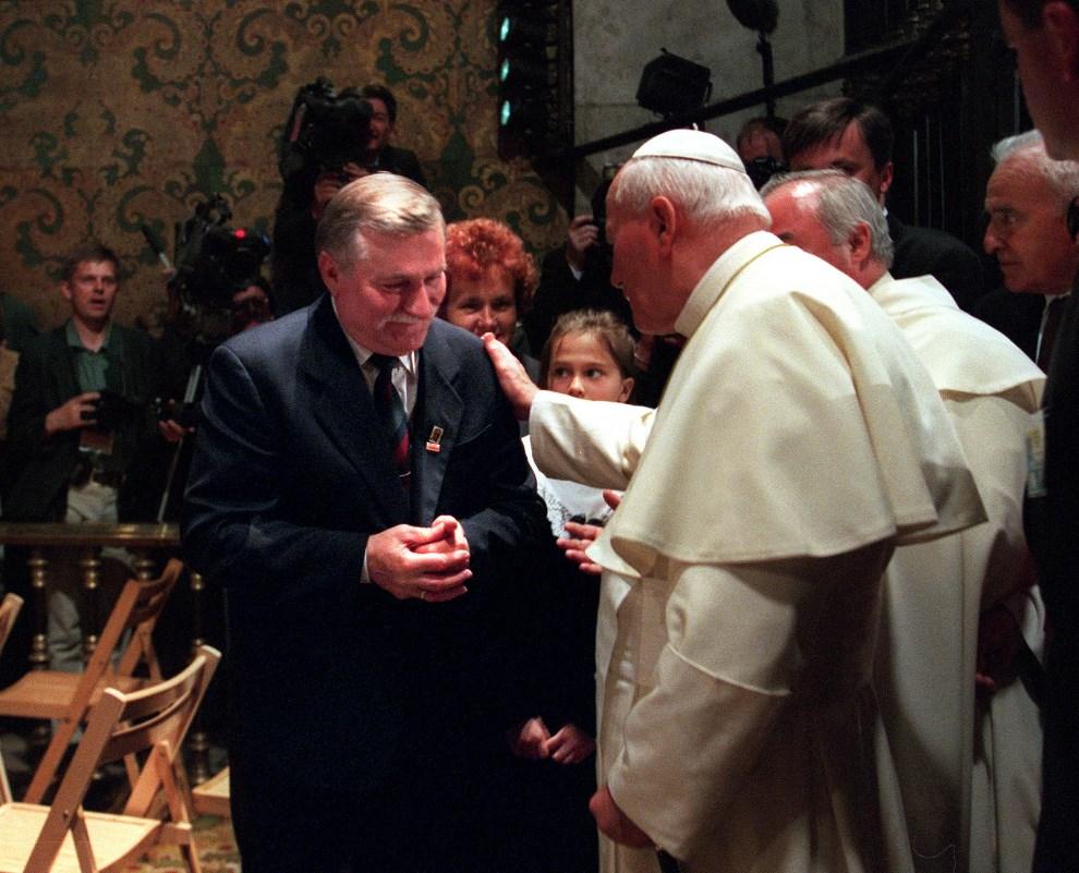 12.POSLKA, Częstochowa, 4 czerwca 1997: Jan Paweł II witany przez Lecha Wałęsę. AFP PHOTO MICHEL GANGNE
