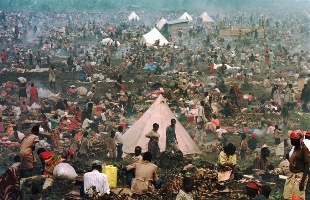 12.ZAIR, Goma, 17 lipca 1994: Ok. 160 tys. uciekinierów z Rwandy, w obozie dla uchodźców. AFP PHOTO PASCAL GUYOT.