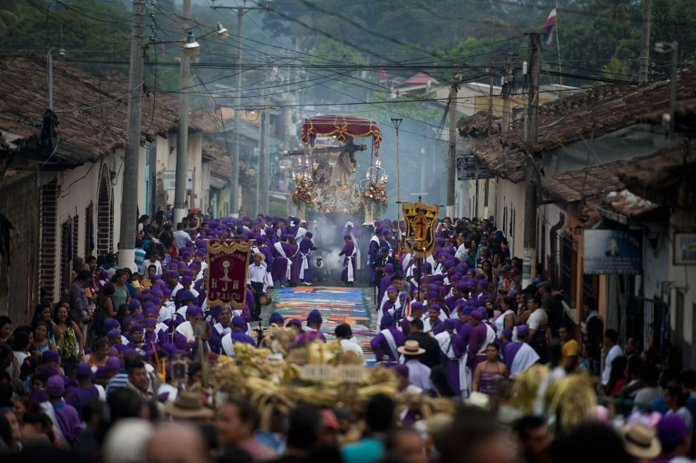 12.EL SALVADOR, San Salvador, 17 kwietnia 2014: Procesja z okazji obchodów Wielkiego Tygodnia. AFP PHOTO / Jose CABEZAS