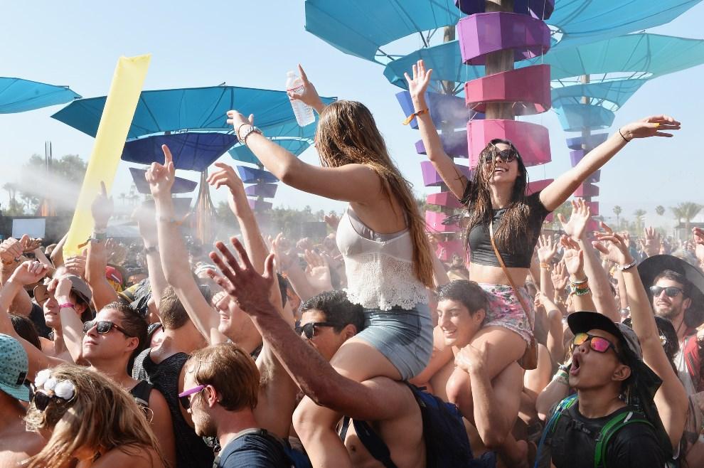 12.USA, Indio, 13 kwietnia 2014: Bawiący się uczestnicy festiwalu. (Foto: Matt Cowan/Getty Images for Coachella)