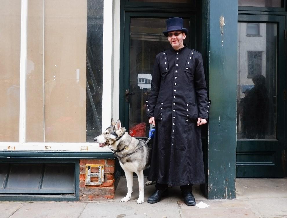 12.WIELKA BRYTANIA, Whitby, 26 kwietnia 2014: Andy McFarlane i jego pies Rufio, bawiący się w Whitby. (Foto: Ian Forsyth/Getty Images)