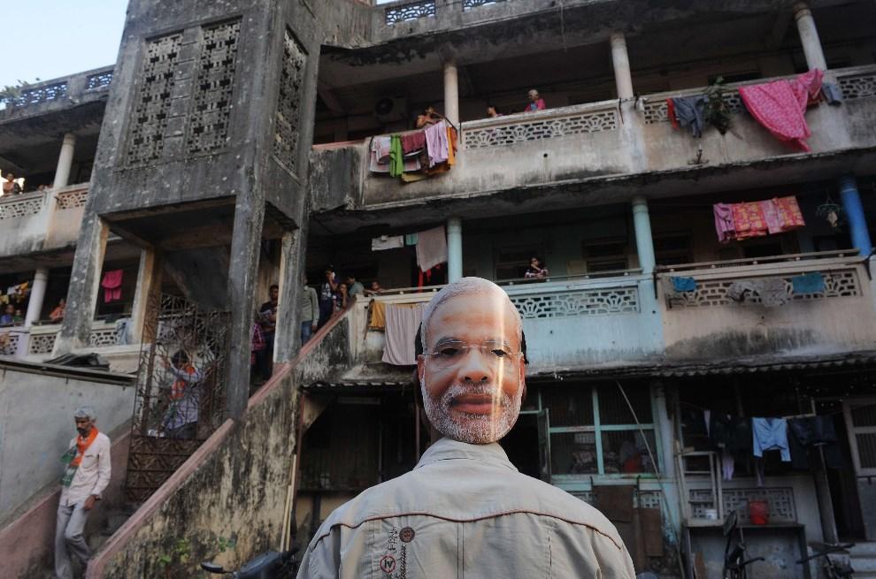 12.INDIE, Bombaj, 9 kwietnia 2014: Zwolennik Narendry Modego, kandydata do urzędu premiera, rozdaj ulotki przed siedzibą partii. AFP PHOTO/INDRANIL MUKHERJEE
