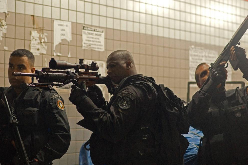 13.BRAZYLIA, Rio de Janeiro, 30 marca 2014: Oddział BOPE w faweli Nueva Holanda. AFP PHOTO/CHRISTOPHE SIMON