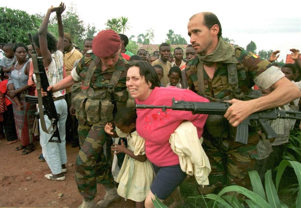 13.RWANDA, Kigali, 13 kwietnia 1994: Belgijscy spadochroniarze ewakuują szpital psychiatryczny. AFP