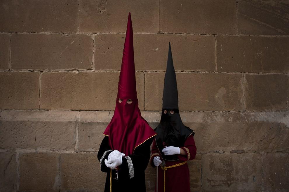 """13.HISZPANIA, Málaga, 17 kwietnia 2014: Młodzi członkowie bractwa  """"Clemency"""". AFP PHOTO / JORGE GUERRERO"""