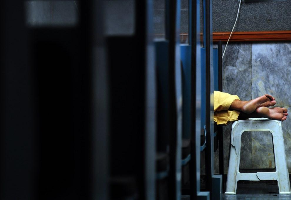 13.PAKISTAN, Karaczi, 3 kwietnia 2014: Pracownik giełdy papierów wartościowych w trakcie przerwy. AFP PHOTO/ Asif HASSAN