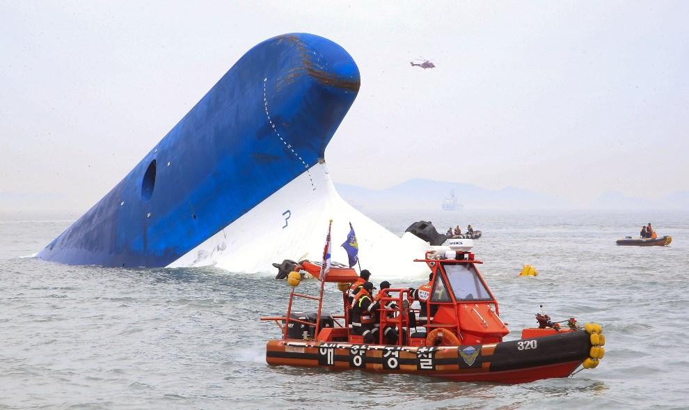 13.KOREA POŁUDNIOWA, 16 kwietnia 2014: Straż przybrzeżna przeszukuje wrak zatopionego promu. AFP PHOTO / DONG-A ILBO